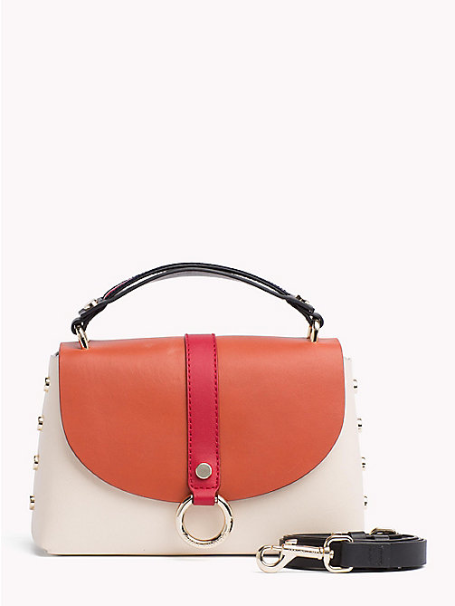 TOMMY HILFIGER Leren schoudertas met hardware en metalen studs - TAPIOCA/ BURNT ORCHRE -  Colour-block collectie - main image