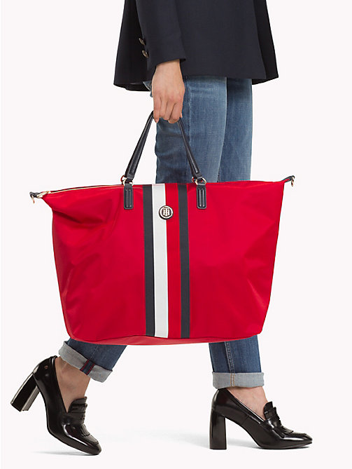 TOMMY HILFIGER Sac weekend rayé - TOMMY RED/ CORP STRIPE - TOMMY HILFIGER Les looks - image détaillée 1
