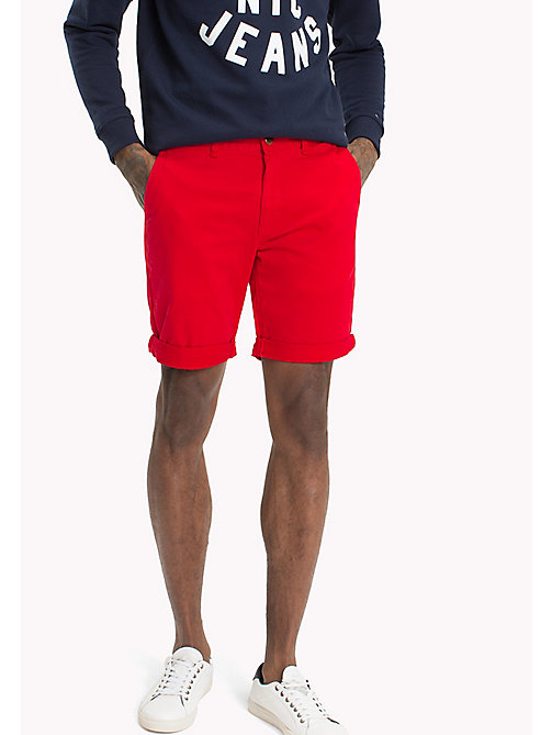 TOMMY JEANS Short en sergé coupe droite - RACING RED - TOMMY JEANS Looks de vacances - image principale