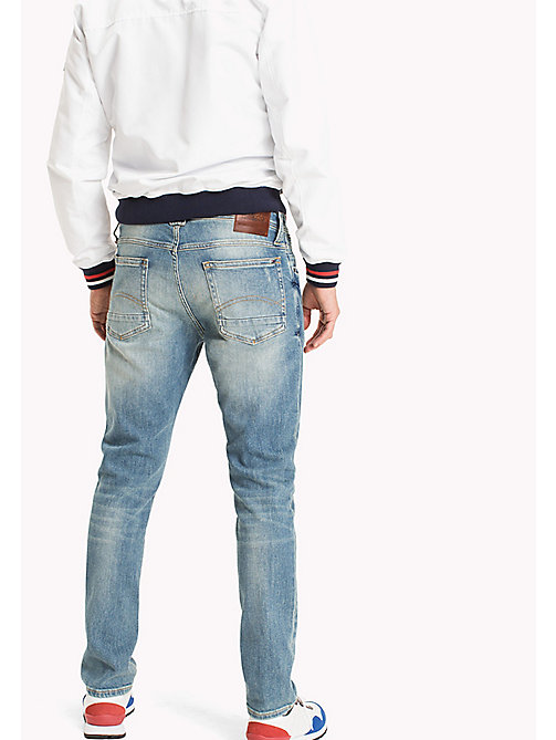 TOMMY JEANS Jeans sbiaditi con fit affusolato - ILLINOIS LIGHT BLUE STRETCH - TOMMY JEANS Tapered Jeans - dettaglio immagine 1