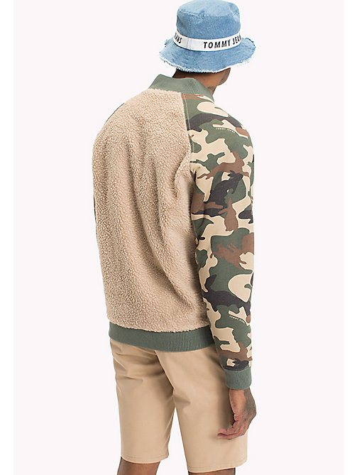 TOMMY JEANS Omkeerbare camo sherpa bomber - SESAME / CAMO PRINT - TOMMY JEANS Jassen & Jacks - detail image 1
