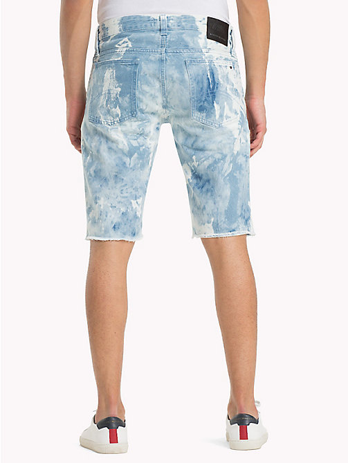 TOMMY JEANS Shorts in denim acid wash - MOTOR BLUE CLOUDS RIGID - TOMMY JEANS Looks per le vacanze - dettaglio immagine 1