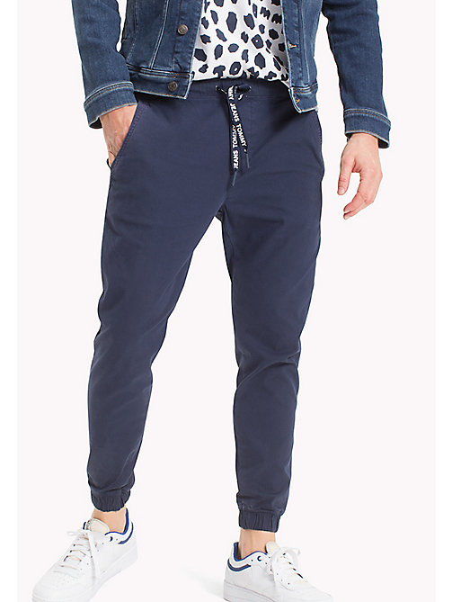 TOMMY JEANS Joggers chino in cotone stretch - BLACK IRIS - TOMMY JEANS Looks per le vacanze - immagine principale
