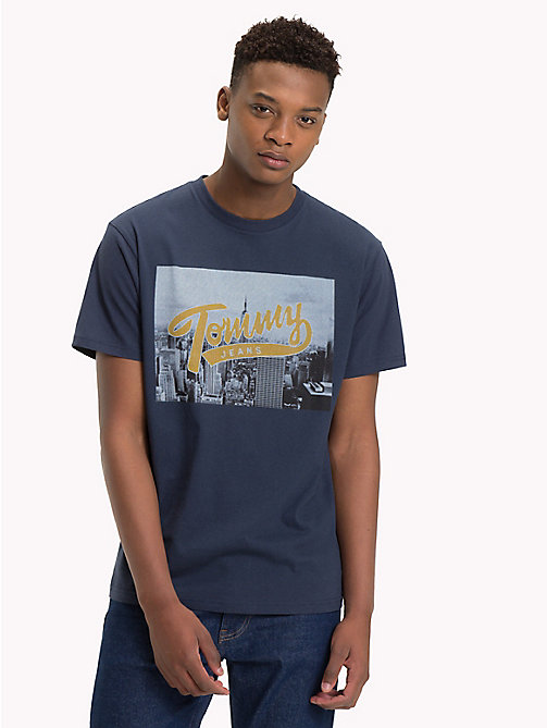 TOMMY JEANS T-Shirt mit New York-Fotoprint - BLACK IRIS - TOMMY JEANS T-Shirts & Poloshirts - main image