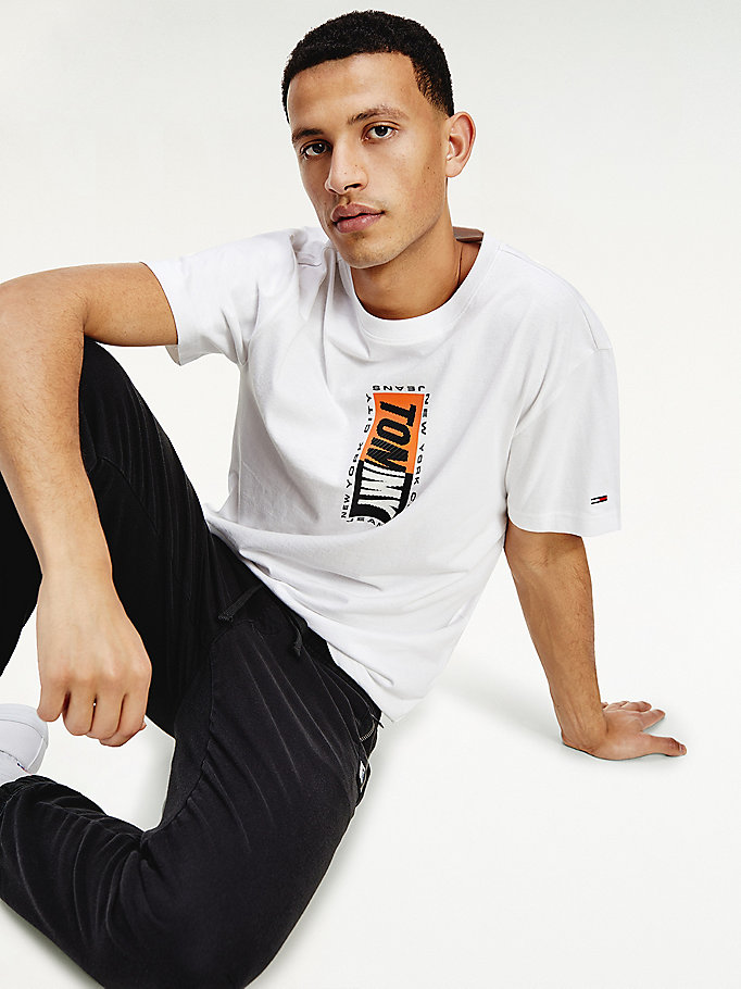 white textured vertical logo t-shirt for men tommy jeans