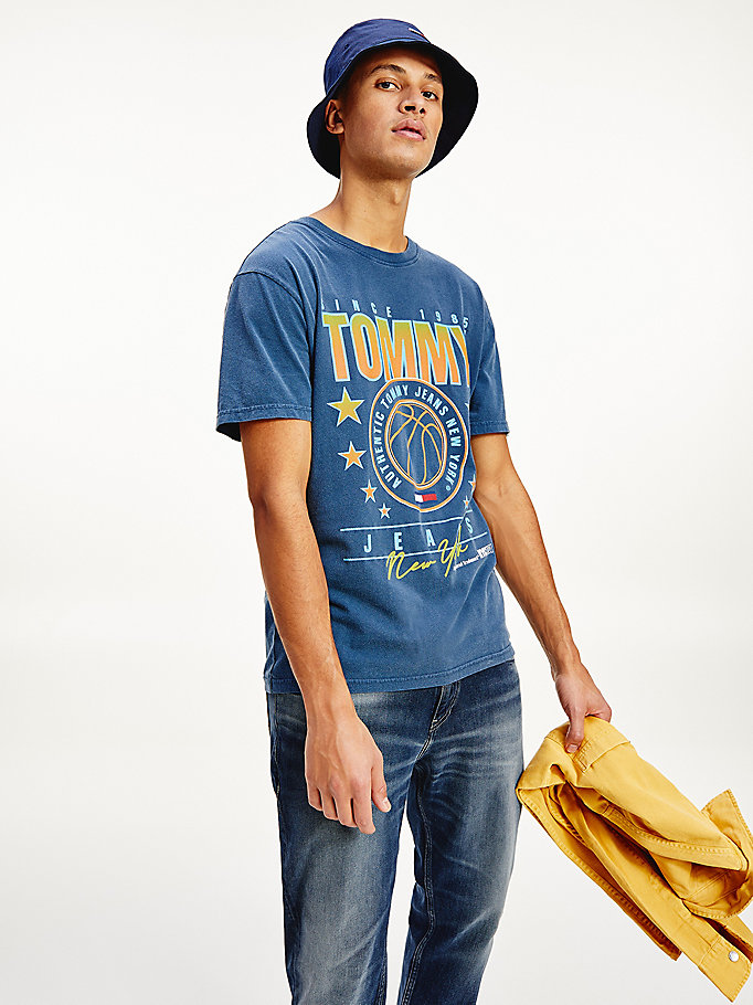 t-shirt in cotone con grafica stile basket blu da men tommy jeans