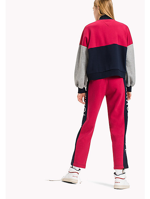 TOMMY JEANS College-Bomberjacke aus Fleece - PERSIAN RED / MULTI - TOMMY JEANS Sweatshirts & Kapuzenpullover - main image 1