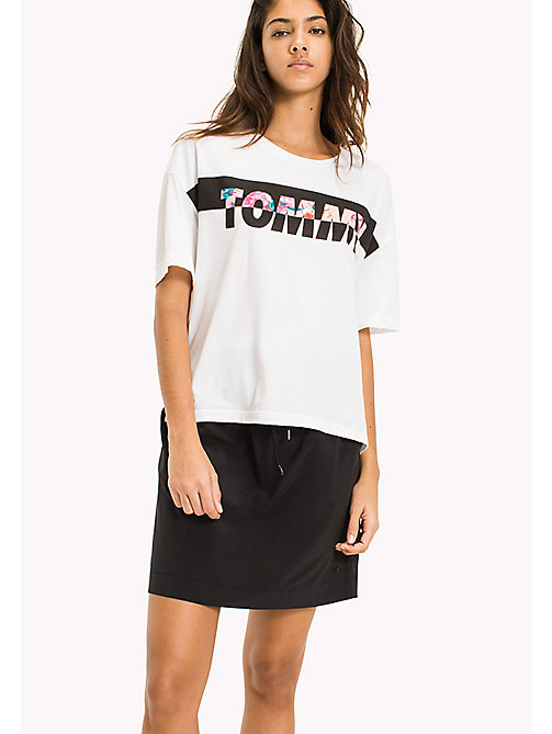 TOMMY JEANS T-Shirt mit floralem Logoprint - BRIGHT WHITE / MULTI - TOMMY JEANS DAMEN - main image