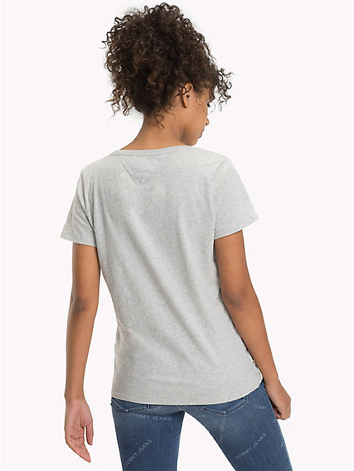 TOMMY JEANS Logo T-Shirt - LIGHT GREY HTR - TOMMY JEANS Sustainable Evolution - imagen detallada 1