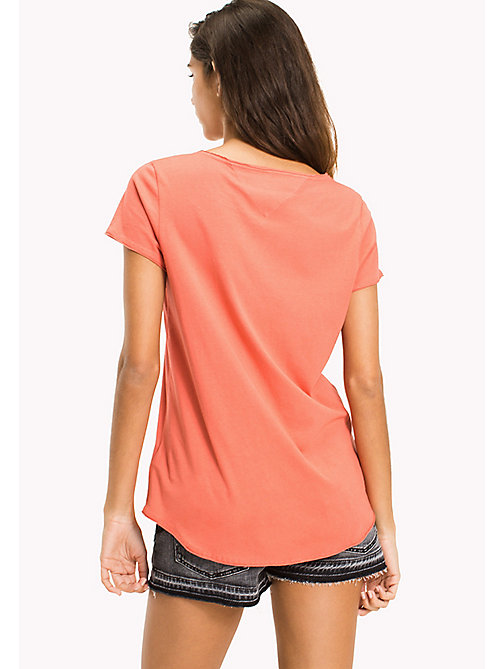 TOMMY JEANS Organic Cotton Jersey T-Shirt - SPICED CORAL - TOMMY JEANS Sustainable Evolution - imagen detallada 1