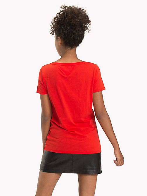 TOMMY JEANS T-Shirt mit V-Ausschnitt und Logo - POPPY RED - TOMMY JEANS Tops - main image 1