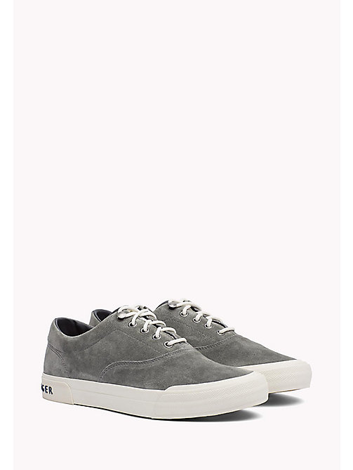TOMMY HILFIGER Klassieke suède sneaker - CHARCOAL - TOMMY HILFIGER Sustainable Evolution - main image