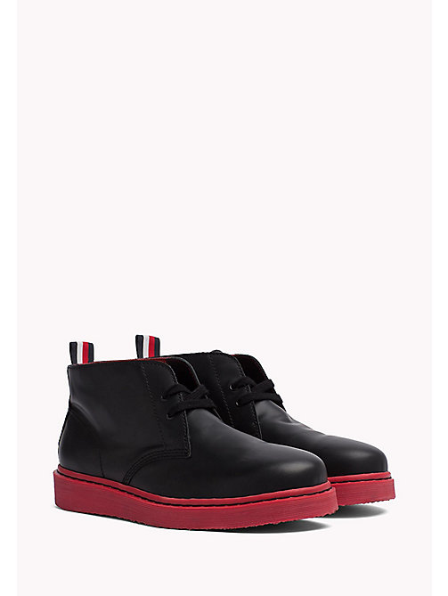 TOMMY HILFIGER Contrast Sole Desert Boot - BLACK/BARBADOS CHERRY - TOMMY HILFIGER Hilfiger Collection - image principale