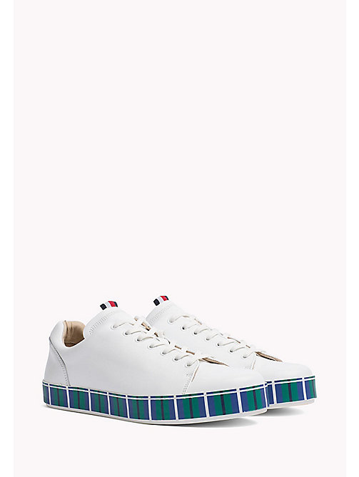 TOMMY HILFIGER Trainers in pelle con suola a righe - WHITE - TOMMY HILFIGER HILFIGER COLLECTION - immagine principale