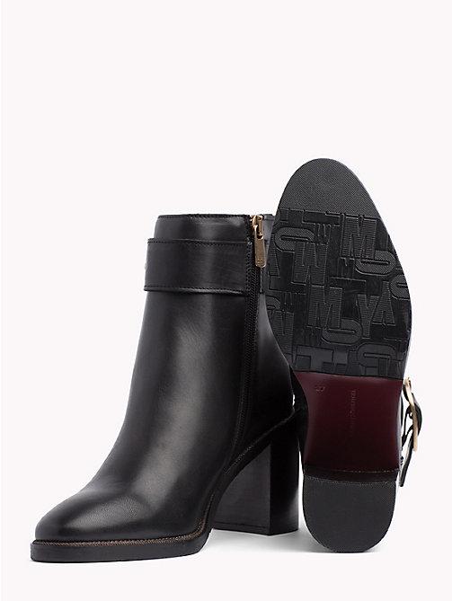 9712b8f5202a ... TOMMY HILFIGER Stiefel mit Blockabsatz und Schnalle - BLACK - TOMMY  HILFIGER High Heels Stiefel -