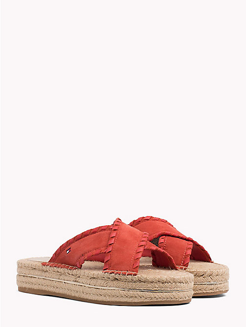 TOMMY HILFIGER Zamszowe klapki typu mules - RED CLAY - TOMMY HILFIGER VACATION FOR HER - main image