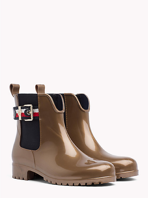TOMMY HILFIGER CORPORATE BELT SHINY RAIN BOOT - BRASS - TOMMY HILFIGER Botki Do Kostki - main image
