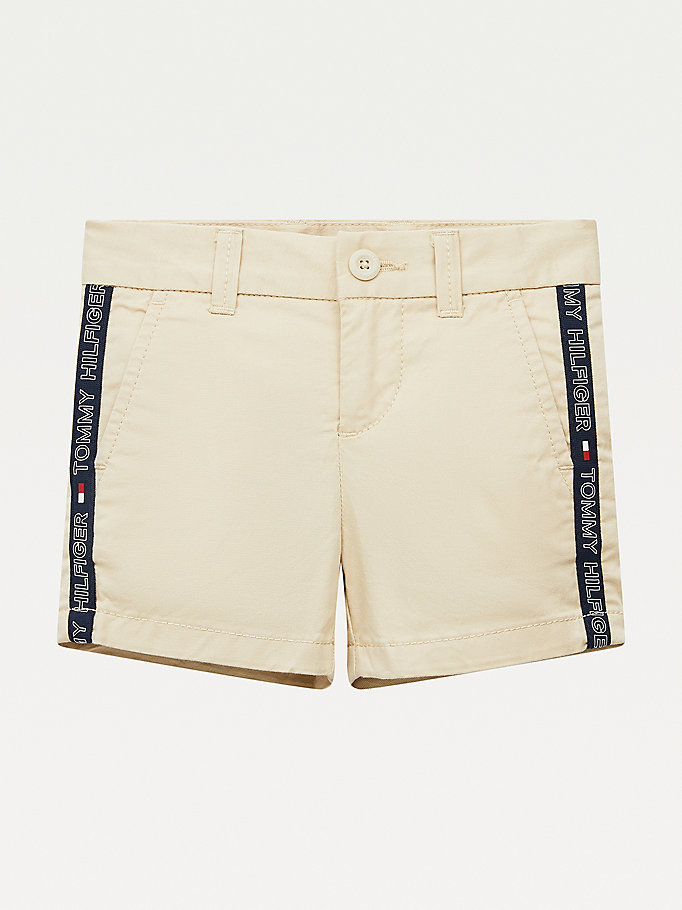 beige th flex slim fit chino short met logotape voor boys - tommy hilfiger