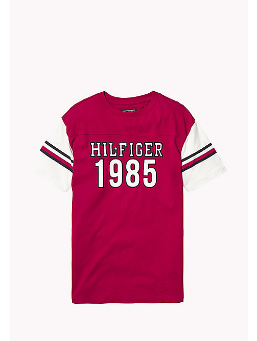 TOMMY HILFIGER T-shirt 1985 z sygnowanymi paskami - APPLE RED - TOMMY HILFIGER Boys - main image