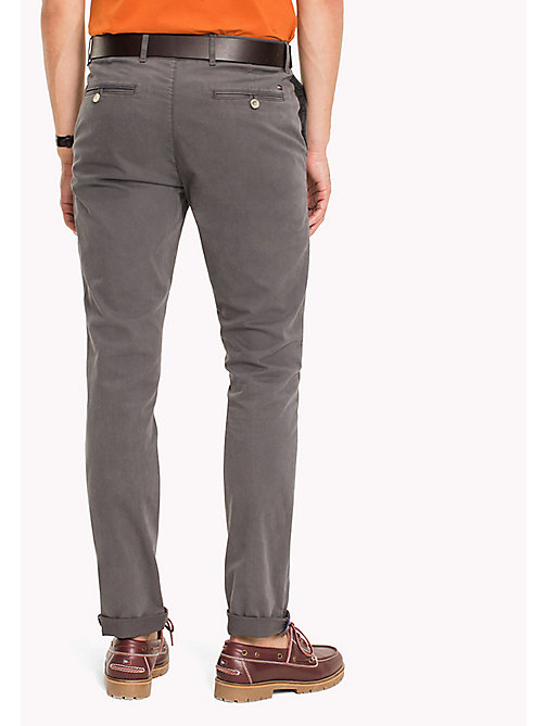 TOMMY HILFIGER Pantaloni chino slim fit in cotone stretch - MAGNET - TOMMY HILFIGER Sustainable Evolution - dettaglio immagine 1
