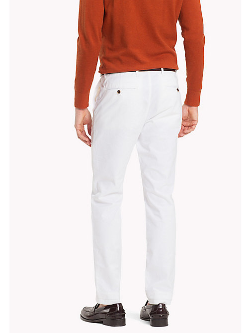 TOMMY HILFIGER Chino en coton extensible slim - BRIGHT WHITE - TOMMY HILFIGER Sustainable Evolution - image détaillée 1