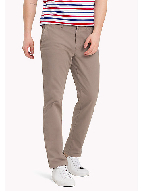 TOMMY HILFIGER Chino en coton extensible slim - WALNUT - TOMMY HILFIGER Sustainable Evolution - image principale