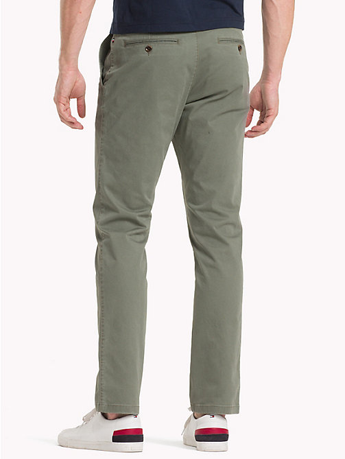 TOMMY HILFIGER Pantaloni chino in cotone biologico - DUSTY OLIVE - TOMMY HILFIGER Sustainable Evolution - dettaglio immagine 1