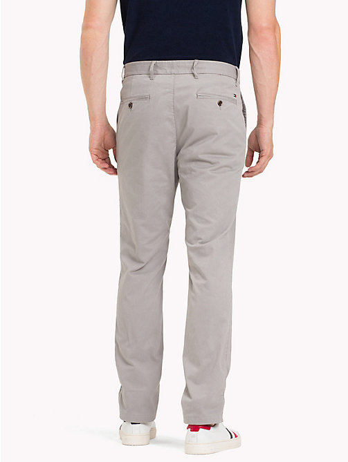 TOMMY HILFIGER Pantaloni chino slim fit in cotone biologico - CLOUDBURST - TOMMY HILFIGER Sustainable Evolution - dettaglio immagine 1