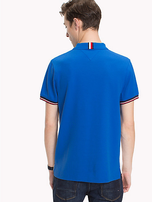 TOMMY HILFIGER Футболка поло с принтом - STRONG BLUE - TOMMY HILFIGER Образ для отпуска - подробное изображение 1