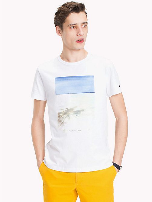 TOMMY HILFIGER T-shirt o regularnym kroju z nadrukiem plaży - BRIGHT WHITE - TOMMY HILFIGER Vacation Style - main image