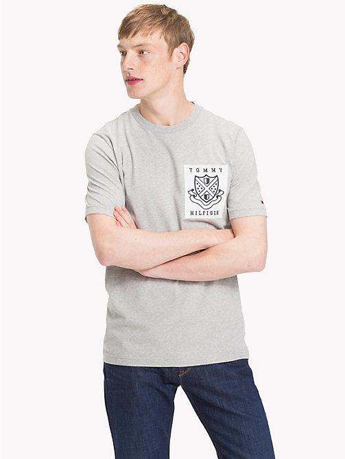 1842f4e1aada -50% TOMMY HILFIGER T-Shirt mit Tommy Hilfiger-Wappen - CLOUD HTR - TOMMY  HILFIGER ...