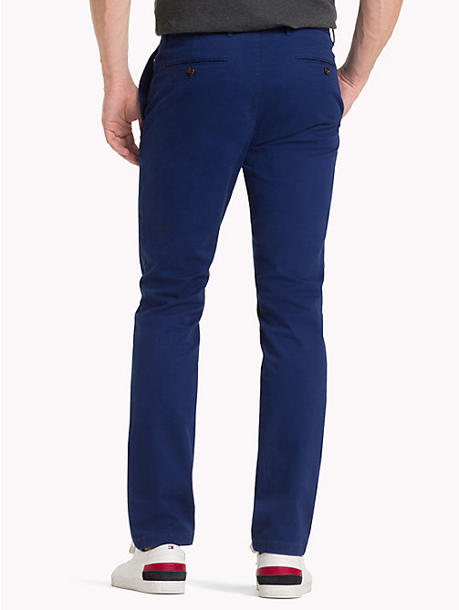 TOMMY HILFIGER Chino en coton extensible coupe droite - BLUE DEPTHS 19-3940 - TOMMY HILFIGER Sustainable Evolution - image détaillée 1