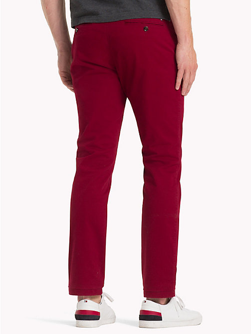TOMMY HILFIGER Chino en coton extensible coupe droite - RHUBARB 19-1652 -  Sustainable Evolution - image détaillée 1
