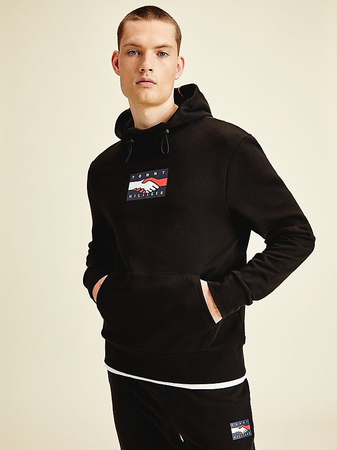 sweat à capuche imprimé one planet au dos noir pour men tommy hilfiger