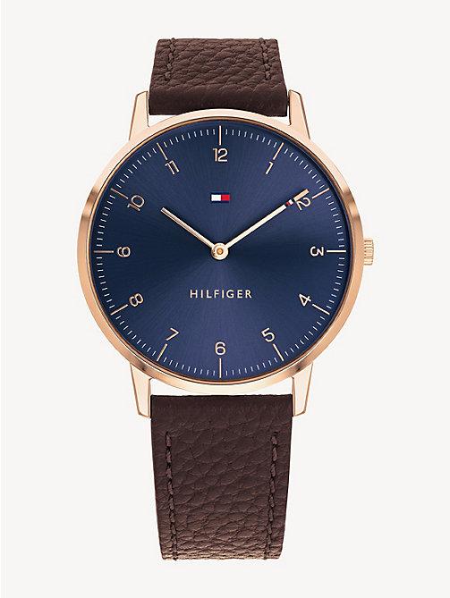c27a8875c900 TOMMY HILFIGERMontre à cadran bleu marine avec bracelet en cuir