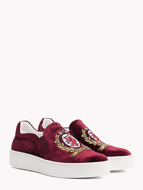 HILFIGER COLLECTION Baskets slip-on à blason - CABERNET - HILFIGER COLLECTION TOMMY NOW FEMMES - image principale