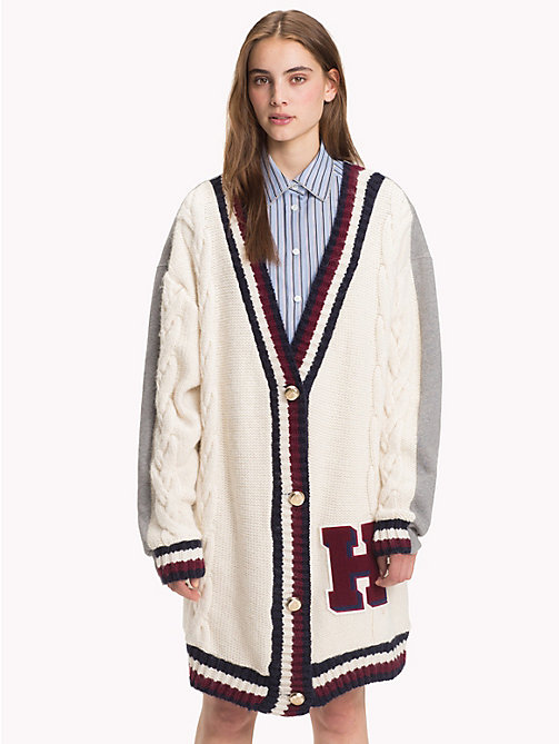 HILFIGER COLLECTION Cardigan à écusson en maille torsadée - SNOW WHITE MULTI - HILFIGER COLLECTION TOMMY NOW FEMMES - image principale