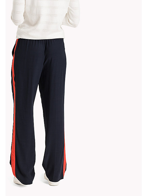TOMMY HILFIGER Comfort Fit Trousers - MIDNIGHT / FLAME SCARLET - TOMMY HILFIGER Moda Mare - dettaglio immagine 1