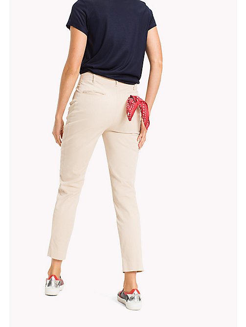 TOMMY HILFIGER Chino en coton bio coupe standard - PEBBLE - TOMMY HILFIGER Sustainable Evolution - image détaillée 1