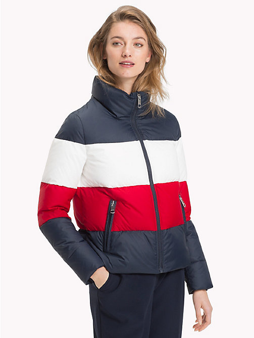 TOMMY HILFIGER Chaqueta de plumas de corte cuadrado - MIDNIGHT/ APPLE RED/ SNOW WHITE - TOMMY HILFIGER Sustainable Evolution - imagen principal