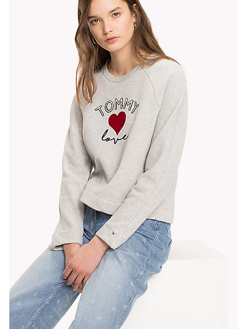 TOMMY HILFIGER Heart On Sleeve Jumper - LIGHT GREY HEATHER / RED HEART - TOMMY HILFIGER TOMMYXLOVE - image principale