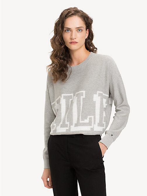 TOMMY HILFIGER Pull à logo graphique en coton bio - LIGHT GREY HTR / SNOW WHITE - TOMMY HILFIGER Sustainable Evolution - image principale