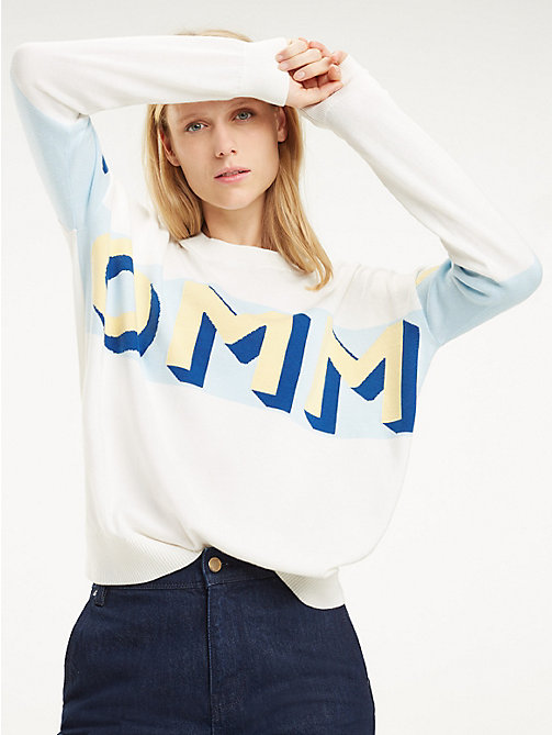 TOMMY HILFIGER Pull à logo col ras-du-cou - SNOW WHITE / OMPHALODES - TOMMY HILFIGER Sustainable Evolution - image principale