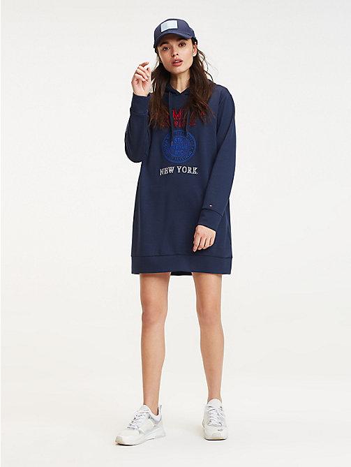 5258d500817913 blue sukienka dresowa z kapturem i logo dla kobiety - tommy hilfiger