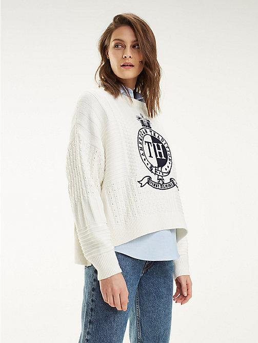 84d2404e45eef TOMMY HILFIGERPatchworkowy sweter z emblematem